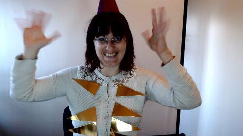 Renée met slingers op en handjes in de lucht