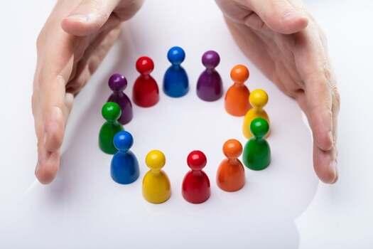 Handen rondom gekleurde pionnen in een kring