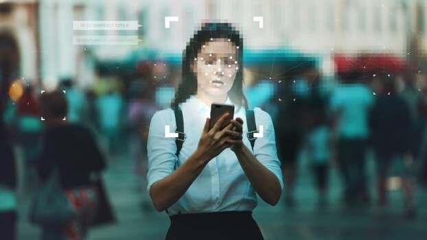 Vrouw die met haar mobiel bezig is